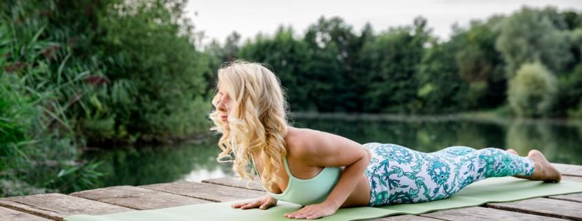 Businessportrait mit Yogalehrerin. Portraitshooting in der Natur. Imagebilder Yoga.