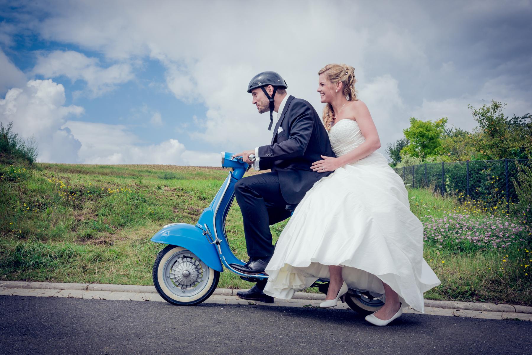 Hochzeitsfotografie maizucker-wedding, Brautpaar fährt alte blaue Vespa